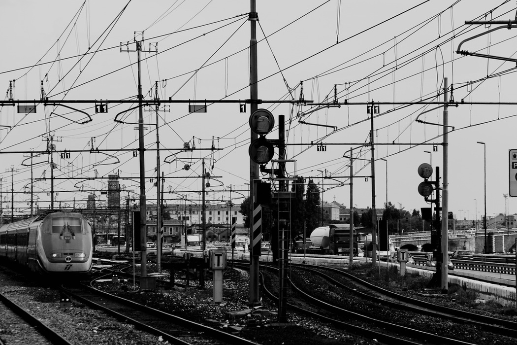 linii tren linie contact unsplash.com